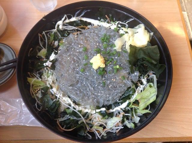江ノ島で行列ができると噂のキラッキラな生しらす丼を食べる「とびっちょ」