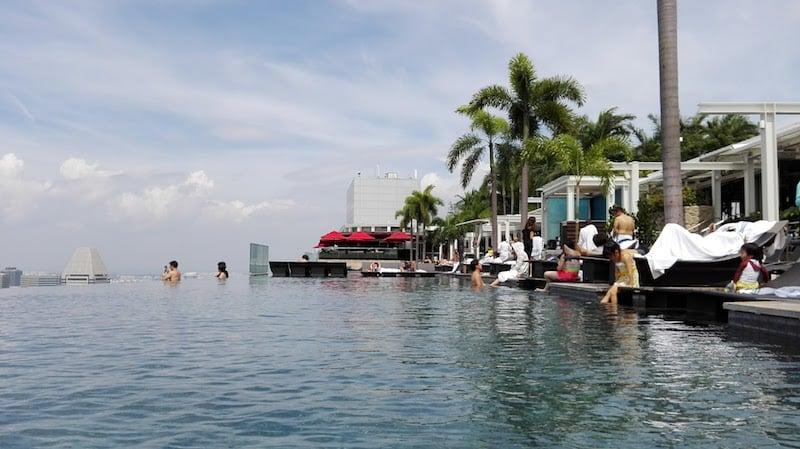 マリーナ・ベイ・サンズ・ホテル屋上プールから見る絶景を時間帯別で比較してみました。